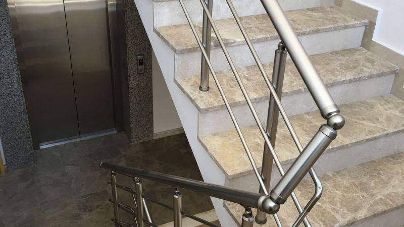 küpeşteler merdiven kenarlarına kullanılabilmektedir ve şık bir görüntü oluşturur