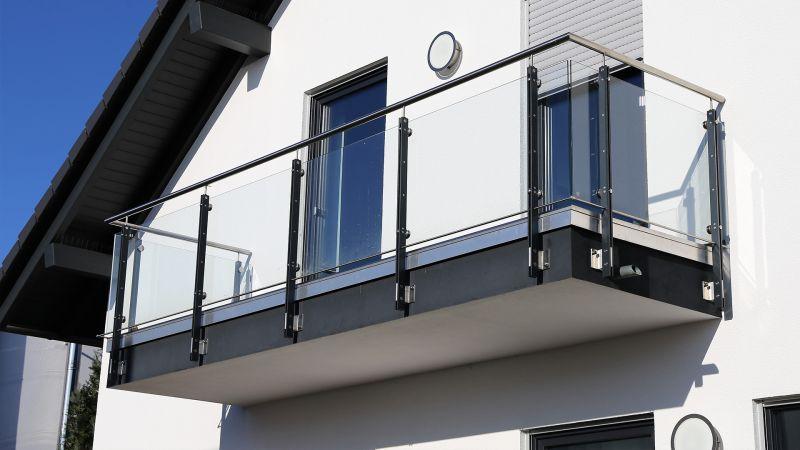 sadece merdiven kenarlarında değil balkonda da kullanılabilen küpeşteler cam çerçeve olarak da kullanılabilmektedir