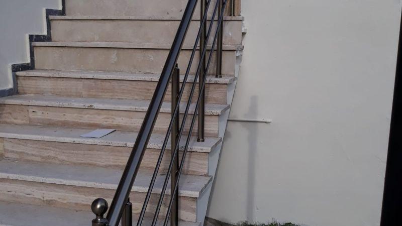 genellikle merdiven kenarlarında kullanılan korkuluk küpeşteler olası bir düşme tehlikesinin önüne geçmektedir