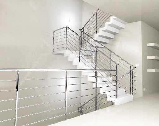 korkuluk olarak da geçen küpeşteler merdivenlerde güvenliği sağlayabilmek adına kullanılmaktadır