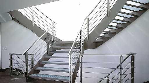 merdiven korkuluğunun düzenli ve şık dizaynı ile birleştirilen onaylı küpeşte