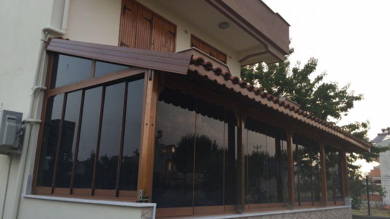 siyah camlarla kaplanmış olan bu sistem evinize ahşap deseniyle harika bir görünüm kazandıracaktır