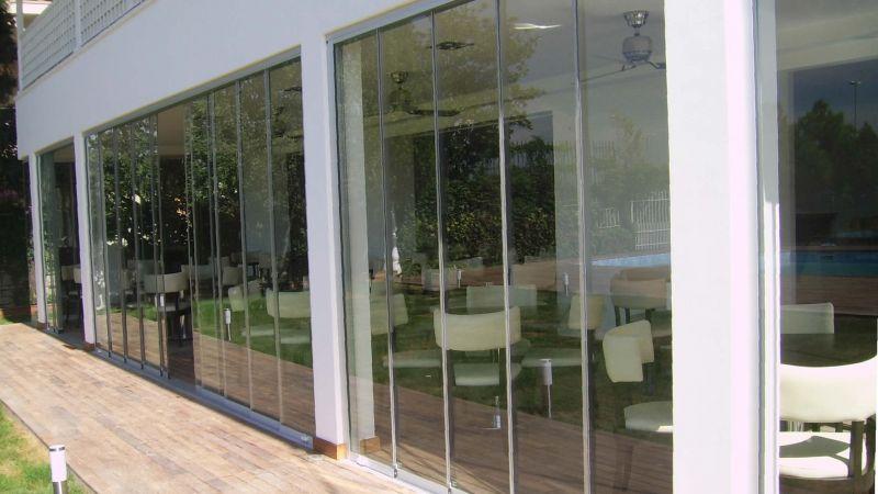 kafeterya ve restoranlarda sıkça kullanılan sürme cam