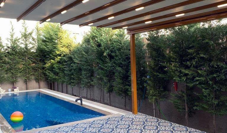havuz kenarında güneşten korunmak için gölgelendirme sistemleri ile rahatlıkla oturabilir vakit geçirebilirsiniz